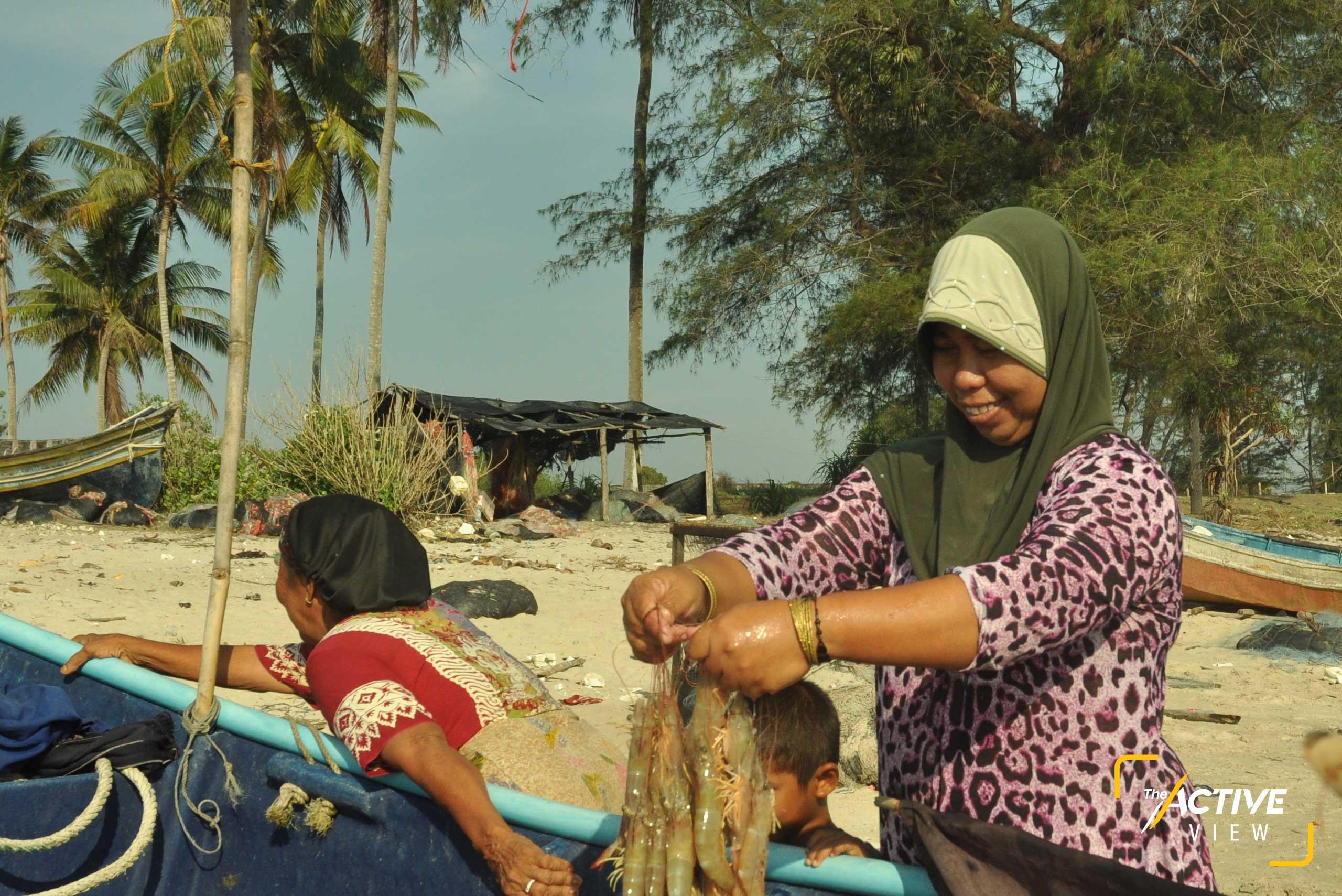 ผู้หญิงและเด็กพากันออกมารับคนในครอบครัวหลังจากออกทะเลมาทั้งคืน