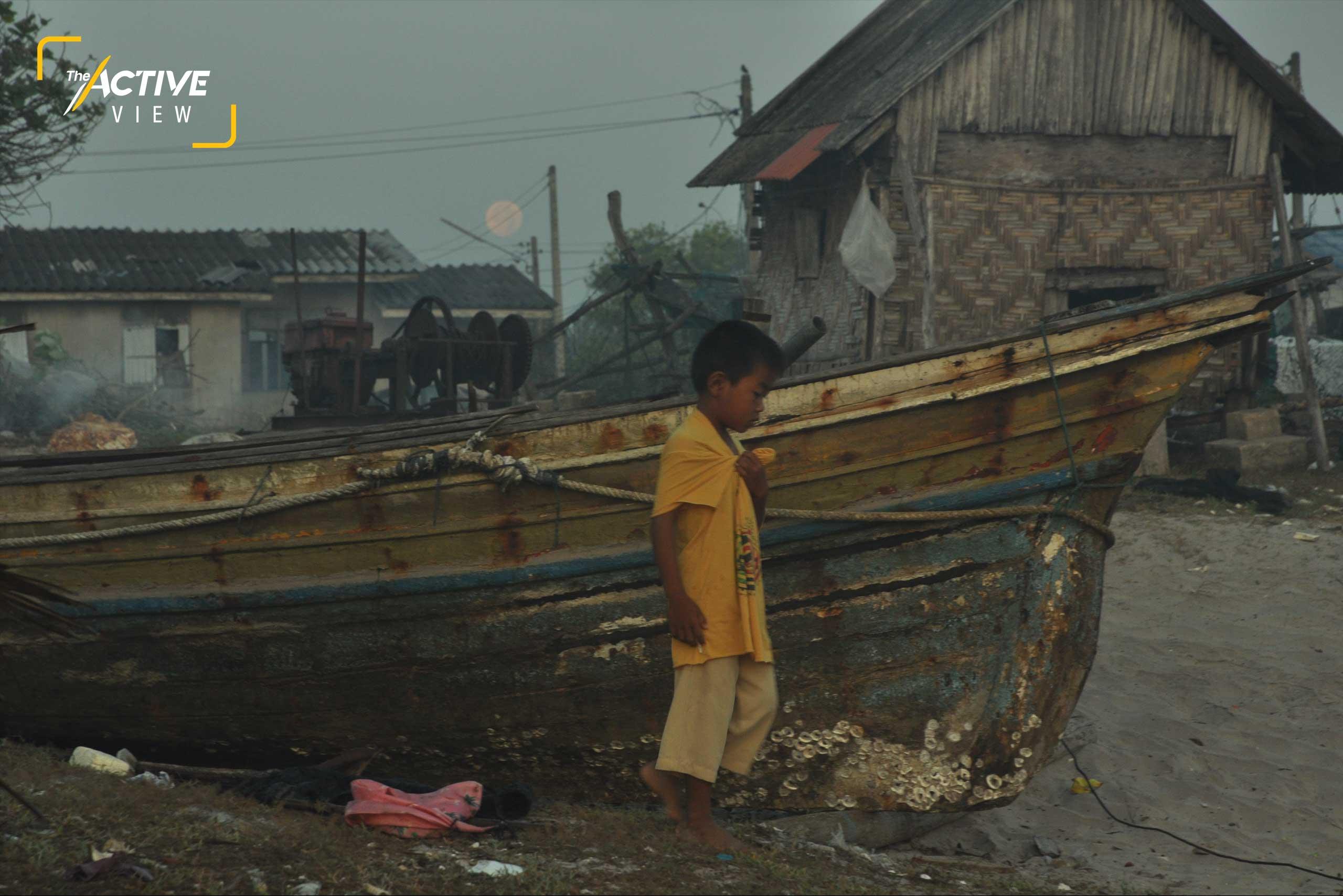 ก้าวเดินของ เด็ก ๆ ที่ทะเลจะนะ กับซากเรือเก่า แม้ผุพัง แต่ก็ยังซ่อมได้