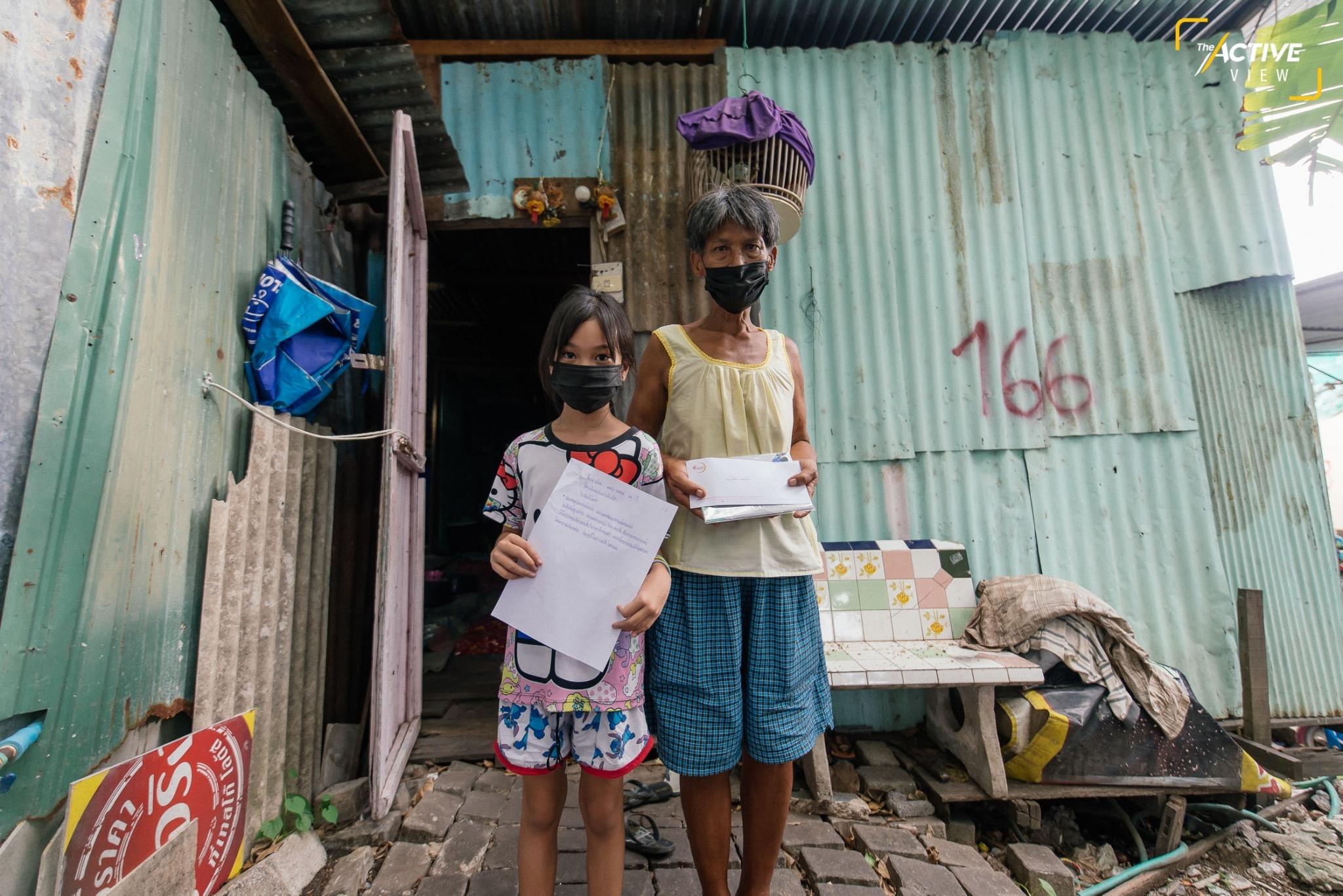 """""""มูลนิธิไทยพีบีเอส"""" ร่วมกับ """"ศูนย์สื่อสารวาระทางสังคมและนโยบายสาธารณะ"""" มอบทุนสนับสนุนการเรียนออนไลน์ ให้กับเด็กๆ ในชุมชนจำนวน 30 คน เพื่อแบ่งเบาภาระค่าใช้จ่าย และบริจาคอุปกรณ์การเรียนอีกจำนวนมากให้กับเด็กทั้งชุมชน หวังให้โอกาสทางการศึกษา สร้างโอกาสในชีวิตของพวกเขาในอนาคต"""